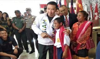 Yohanes Gama Marchal Lau, Evan Dimas, Upacara Bendera