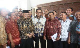 Guru honorer menyampaikan aspirasi kepada anggota DPR RI di Pendopo Kabupaten Malang, Kamis (18/10)