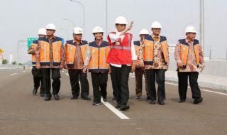 Presiden Jokowi dan menteri kabinet kerja saat memantau pembangunan jalan tol.