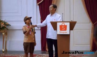 Jokowi KW membagikan sepeda saat kuis/Shopee