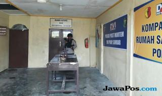 Polisi berjaga di pintu masuk kamar mayat RS Bhayangkara Padang