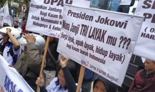 Massa FSPMI berunjuk rasa di depan Kantor Gubernur Sumut, Jalan Diponegoro Kota Medan, Senin (5/11).