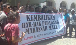 atusan pedagang sentral Makassar mengepung halaman PN Makassar, Selasa (6/11).