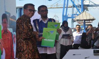 Gubernur Sulsel Nurdin Abdullah bersama Direktur Utama PT Pelindo IV Makassar Farid Padang dalam ekspor komoditas di MNP Makassar, Jumat (2/11).