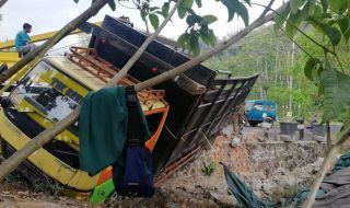 Mesin Mati, Truk Bermuatan Paku 6,5 Ton Melaju Liar Tabrak Pembatas Jurang suruh batu malang