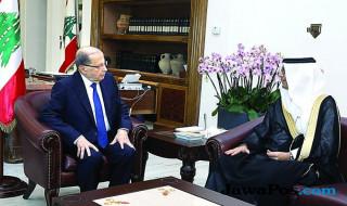 Presiden Lebanon Michel Aoun (kiri) bertemu dengan perwakilan Saudi Walid Bukhari.