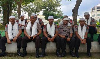 Polisi berkalung serban mengawal aksi Bela Tauhid di Kota Medan