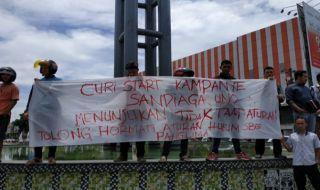 Aksi penolakan terhadap kedatangan Sandiaga Uno ke Kota Medan, Minggu (16/9).