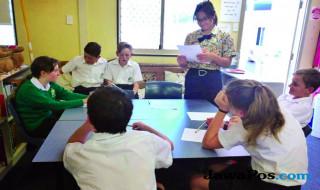 INTERAKSI: Anne (berdiri) saat menjadi guru penutur asli bahasa Indonesia di Peter Moyes Anglican Community School, Perth.