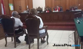 Terdakwa mendengar vonis hakim