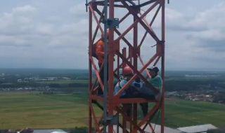 pria panjat tower 72 meter di pakisaji malang