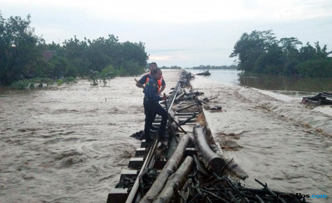 Dampak Banjir Cirebon, Rel Tergenang, Perjalanan 33 KA Terganggu