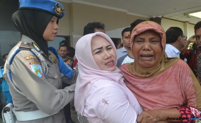 Ibu Korban Pingsan, Minta Oknum Polisi Juga Ditembak Mati