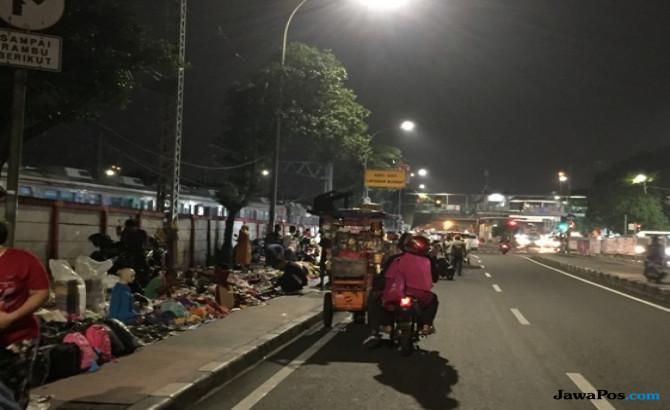 Malam Takbiran, PKL Jatinegara Gelar Lapak Hingga Separuh Ruas Jalan