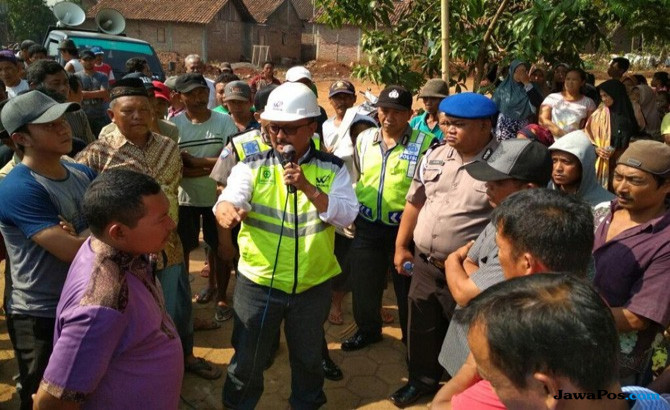Minta Jalan Penghubung, Warga Blokir Proyek Tol Batang-Semarang
