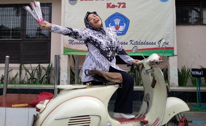 Naik Vespa, Bu Guru Rucke Rukmawati Mampu Keliling Indonesia