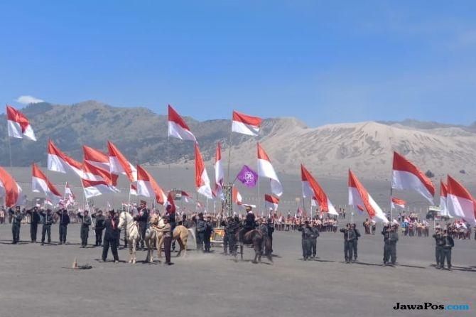 2.018 Bendera Merah Putih Dikibarkan di Lautan Pasir Bromo