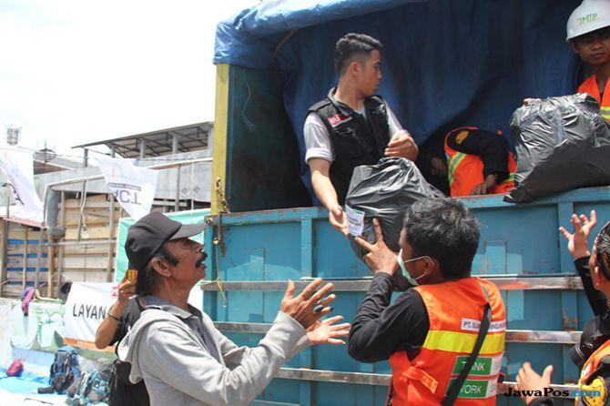 24 Jam Perjalanan Truk Pengangkut Bantuan untuk Korban Gempa