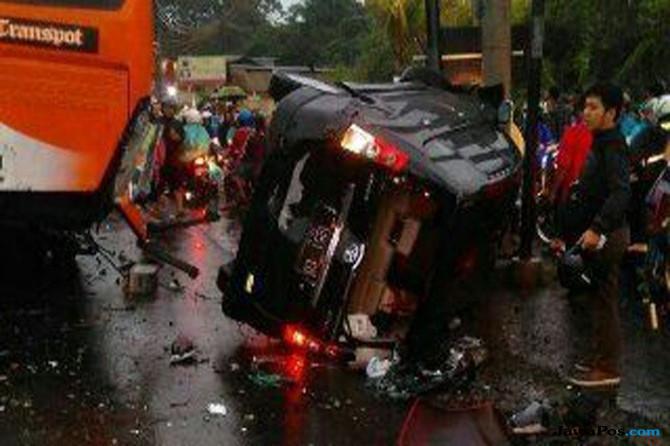 Ilustrasi kecelakaan ambulan-truk