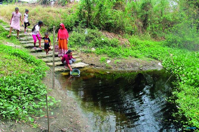 Warga Desa Metatu, Benjeng, mengambil air di danau desa akibat musim kemarau berimbas kekeringan