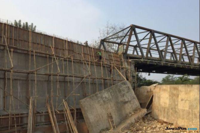 Akses Jembatan Cipamingkis Longsor, Mobil Memutar Lewat Jalan Rusak