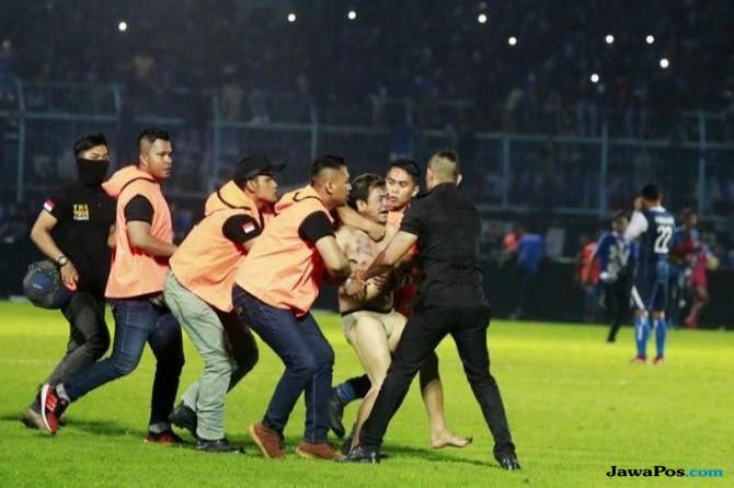Aremania rusuh, Arema FC, Aremania, Persib Bandung, roberto carlos mario gomez,