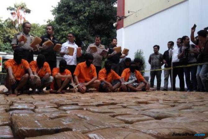 Bawa 1,4 Kg Ganja, Enam Tersangka Ditangkap di Tol Pasar Rebo