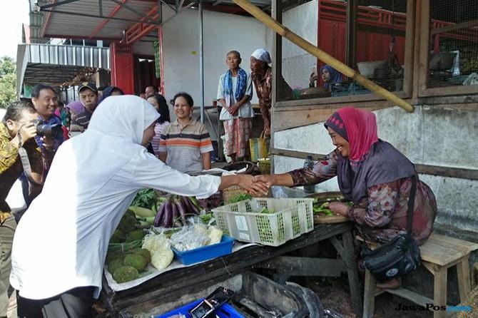 Blusukan Ke Mataraman, Khofifah Sapa Pedagang Pasar Ngemplak