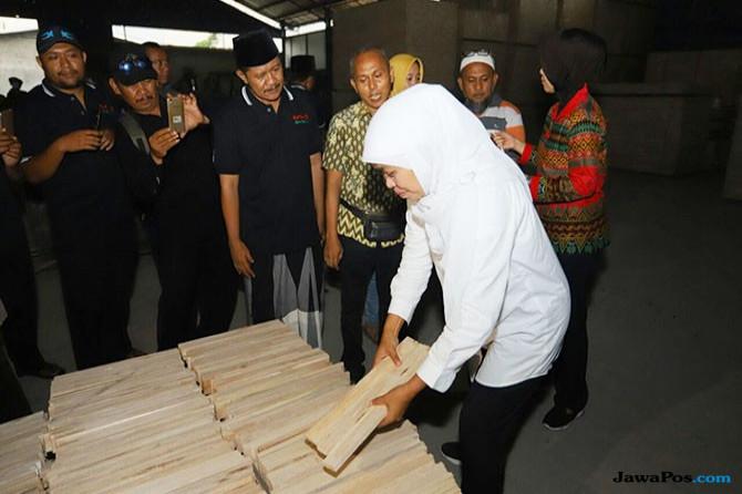 Buruh Triplek Sebut Khofifah Pemimpin Yang Peduli Nasib Wong Cilik