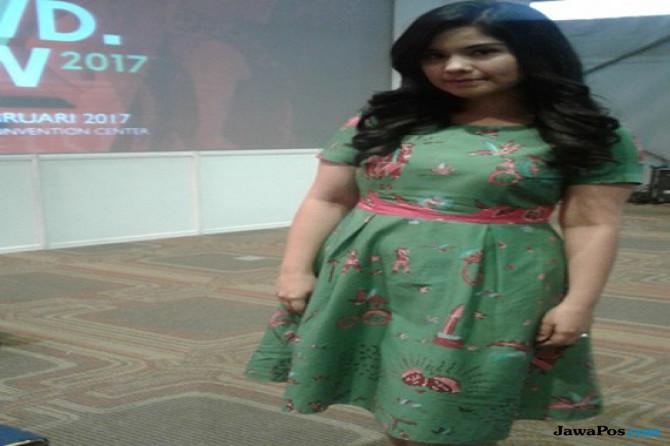 Cantiknya Annisa Pohan Berbalut Dress Batik Betawi