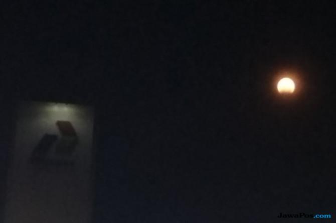 Demi Melihat Super Blood Moon, Warga Rela Mengantri Selama 30 Menit