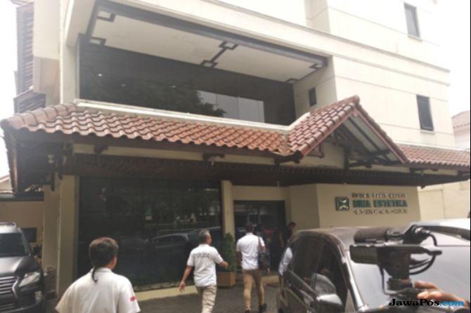 Ratna Sarumpaet melakukan bedah wajah di salah satu rumah sakit di kawasan Menteng, Jakarta Pusat.
