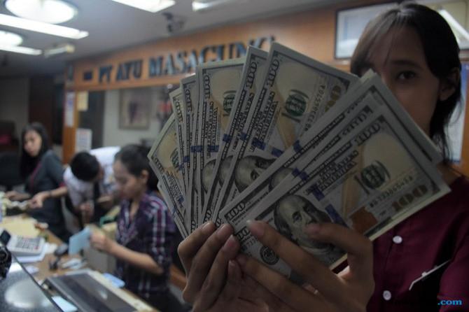 Dihantam Dolar AS, Rupiah Masih Sulit Bergerak