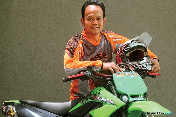 Sulamul Hadi Nurmawan di samping motor trail