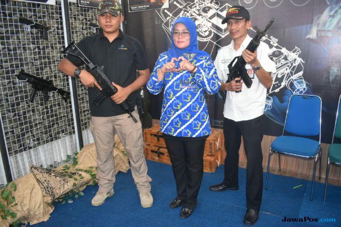 """Expo Pembangunan, Pengunjung Antusias """"Jajal"""" Senjata Buatan Pindad"""