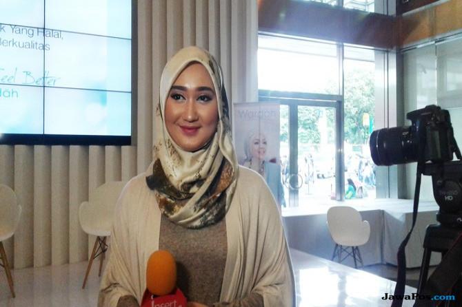 Gaya Dian Pelangi di Hari Keempat Indonesia Fashion Week 2017