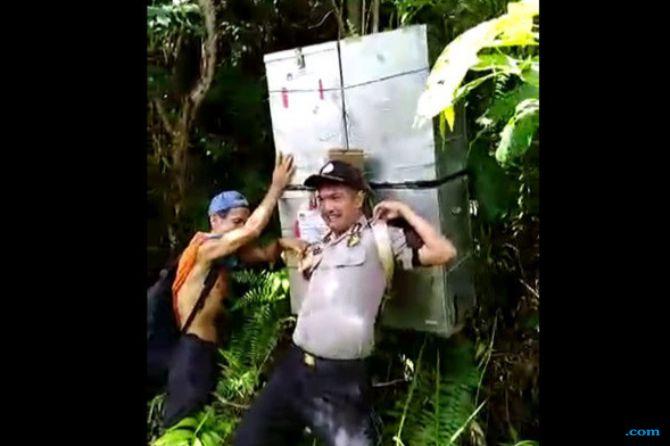 Gendong Kotak Suara, 2 Polisi Ini Dapat Pin Emas dari Kapolri
