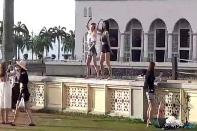 Dua Turis Asing Nari di Pagar Masjid, Malaysia Berang