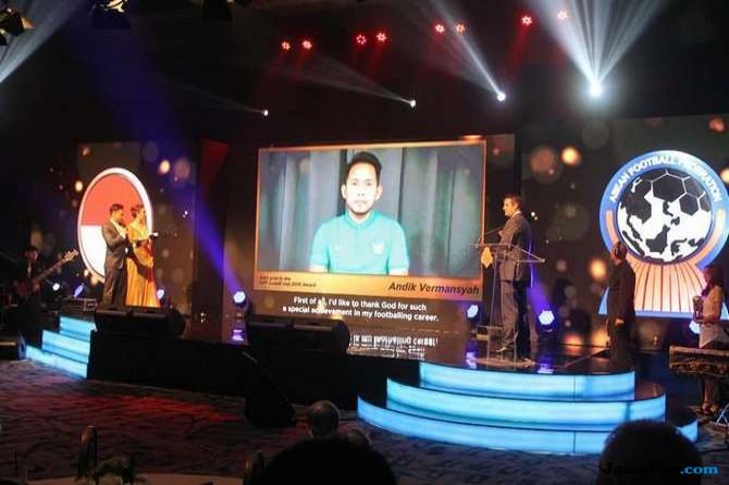 Andik dan empat pesepak bola Indonesia dapat penghargaan.