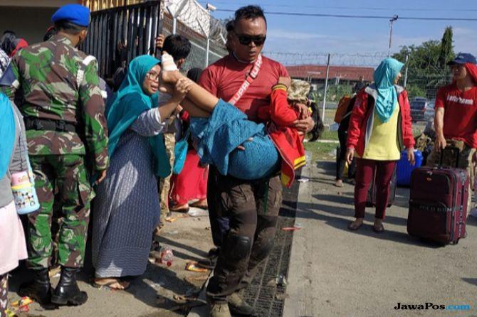 Ingin Cepat Dievakuasi, Pengungsi Gempa Palu Sesaki Bandara