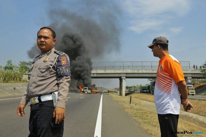 Ini Cara Anies Bantu Pengemudi Mobil Yaris yang Terbakar di Tol Cipali
