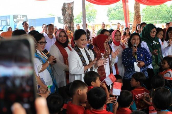 Iriana Jokowi Menortor dan Bernyanyi Lagu Batak bersama Murid PAUD