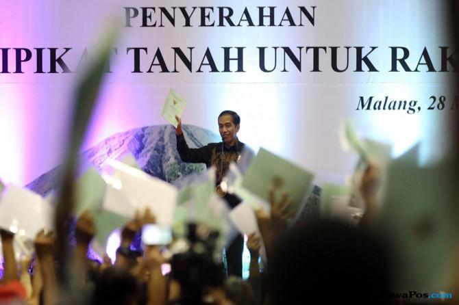 Jokowi Dituding Bagi-Bagi Duit