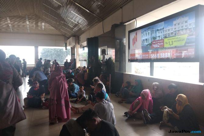 KRL Tanah Abang Bermasalah, Penumpang Menunggu Kereta Hingga 30 Menit