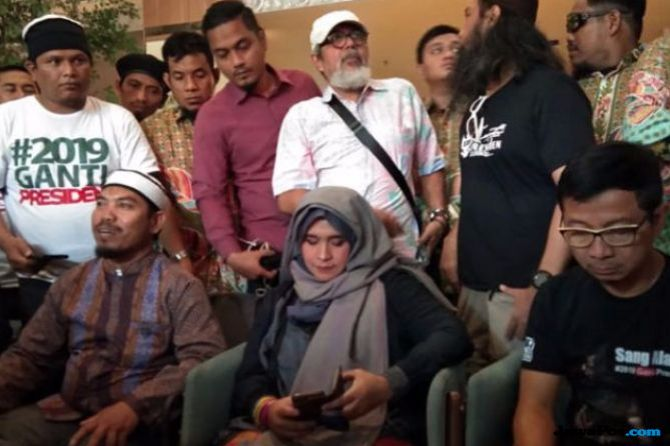 Kuasai Mikrofon Pesawat, IPW Desak Polda Riau Tangkap Neno Warisman