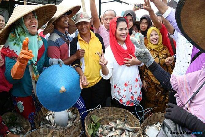 Kunjungi Dua Pasar Di Lamongan, Puti Janji Proteksi Petani Tambak