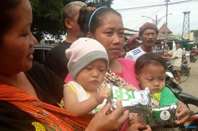 Kunjungi Pasar Kanoman, Demiz Bagi-bagi Biskuit MPASI