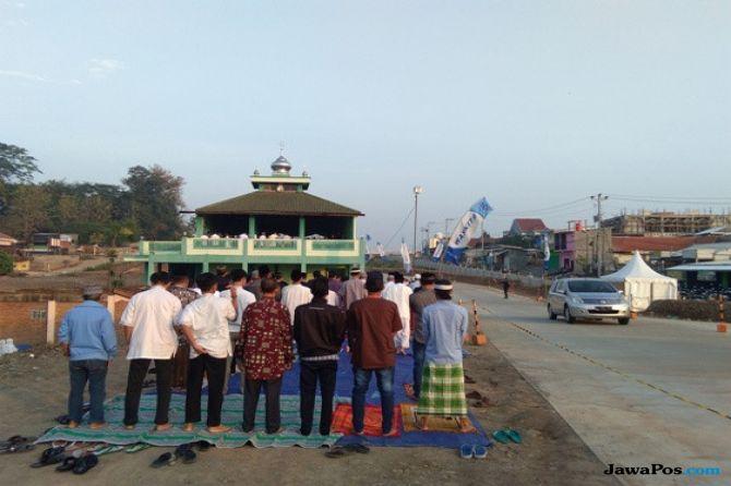 Kusyuknya Shalat Ied Terakhir di Masjid Tengah Tol