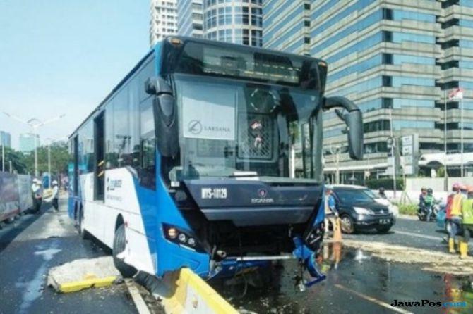 Lagi, Bus Transjakarta Tabrak Separator di Jalan Sudirman