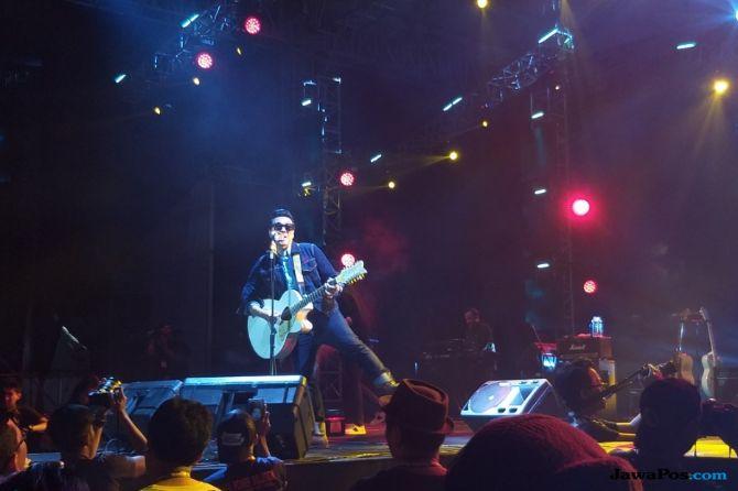Lempar Baju, David Naif Tutup Konser Synchronize Festival Hari Pertama